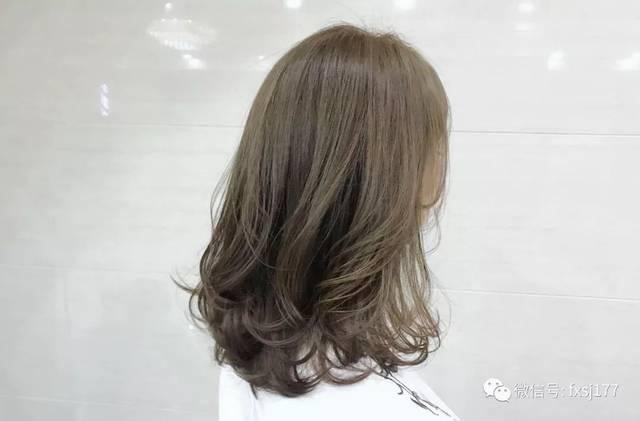 ▼ 长发的妹子虽然不用担心发型的形状问题,但是黑长直或者烫小卷发