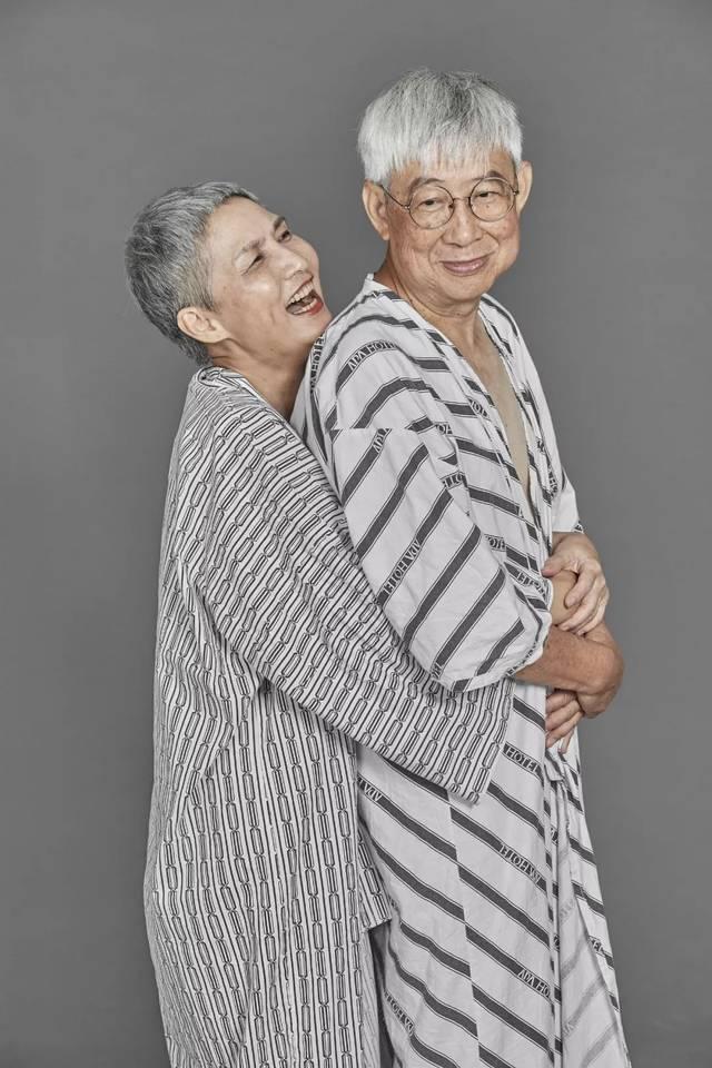 非利兵裸体结婚_70岁老夫妻裸体拥抱,拍下最特别的结婚纪念照!太震撼了