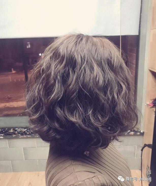 """今年非常流行""""泰迪卷"""" ,""""泰迪卷""""发型就是类似泰迪毛发的一款蓬松感图片"""