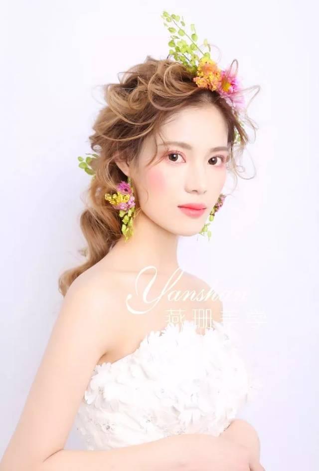 会让新娘有种超凡脱俗的感觉,所以一直以来,许多化妆师在做新娘发型时图片