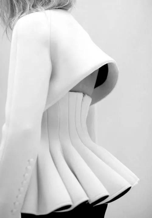 人体艺术模型_直接披挂在人体模型上进行裁剪与设计,具有艺术与技术的双重特性.
