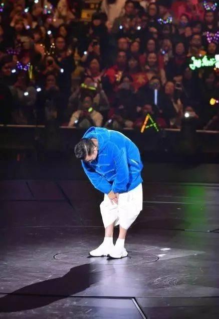 昨晚刘德华失声痛哭:我真的唱不了!演唱会意外腰斩