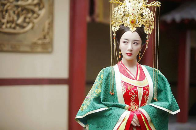 曼娘的扮演者李依晓今年的几部剧的观看量都很大,同时她扮演的反派