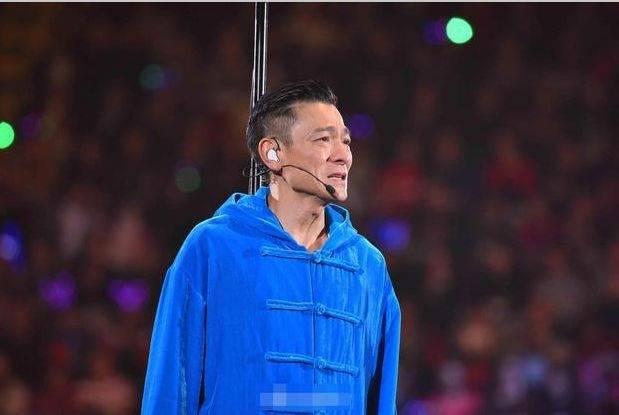 刘德华年轻时的照片刘德华因健康原因中止演唱会当场流泪致歉。剩