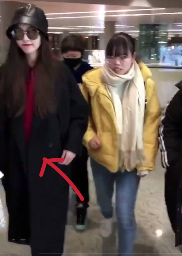 曝唐嫣已怀孕机场路透视频为证她走路小心下意识保护小腹