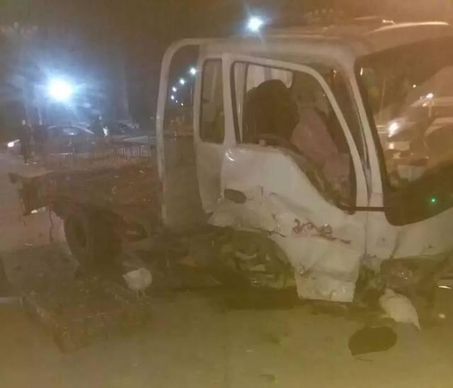 濮阳发生惨烈车祸,车头报废,满地都是活鸡!