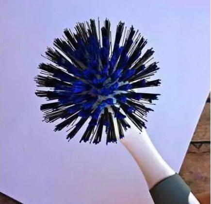 准备材料:若干扭扭棒,画纸,颜料 制作步骤:用扭扭棒上色后直接在画纸图片
