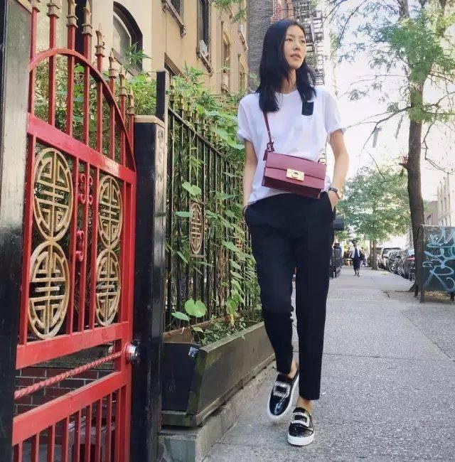 就连身材一级棒的大表姐刘雯也很钟爱这条烟管裤