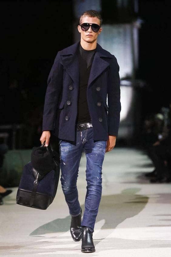 abrigo azul marino, camiseta negra, jeans ultra fit, bolso de