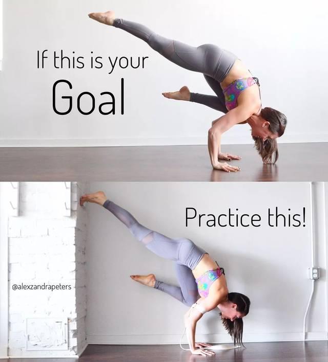 初学者可以先用瑜伽砖放在肩胸部 帮助支撑控制平衡图片