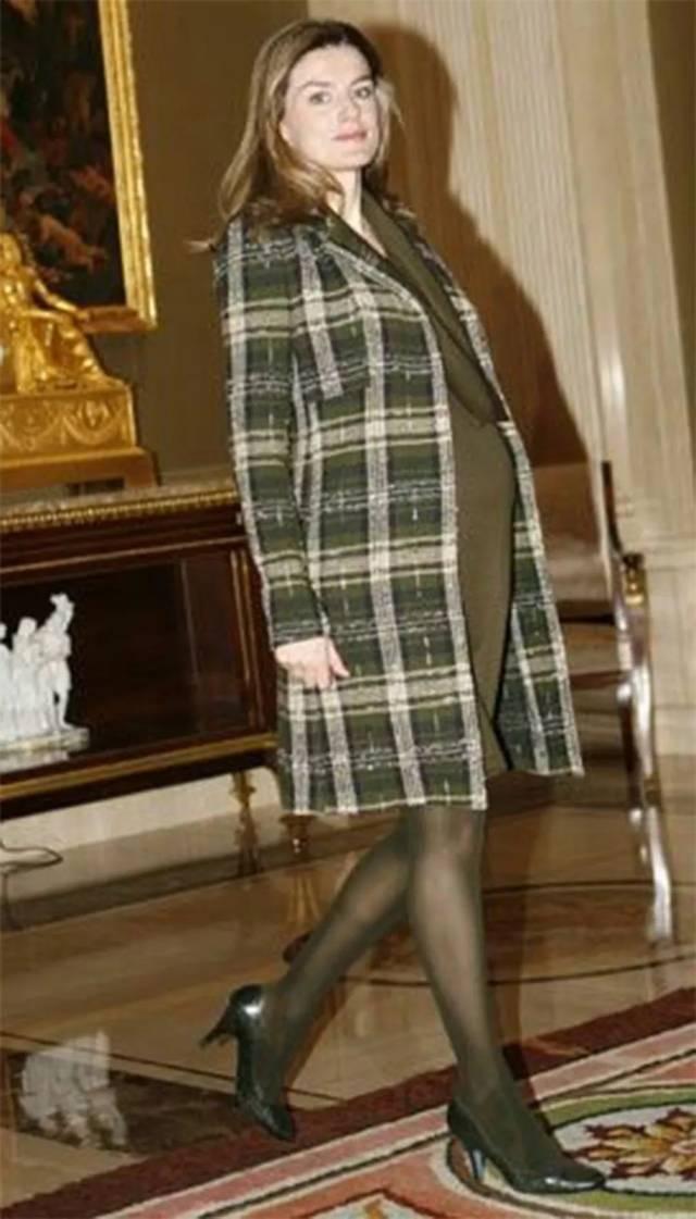 回顾西班牙王后10套孕妇装!裤装很知性,裙装优雅不输怀孕的凯特