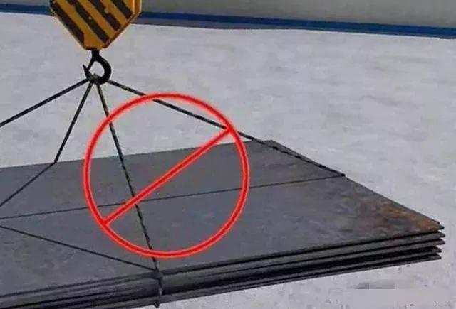 重物棱角处与捆绑钢丝绳之间未加衬垫时(防止钢丝绳磨损或割断)不吊