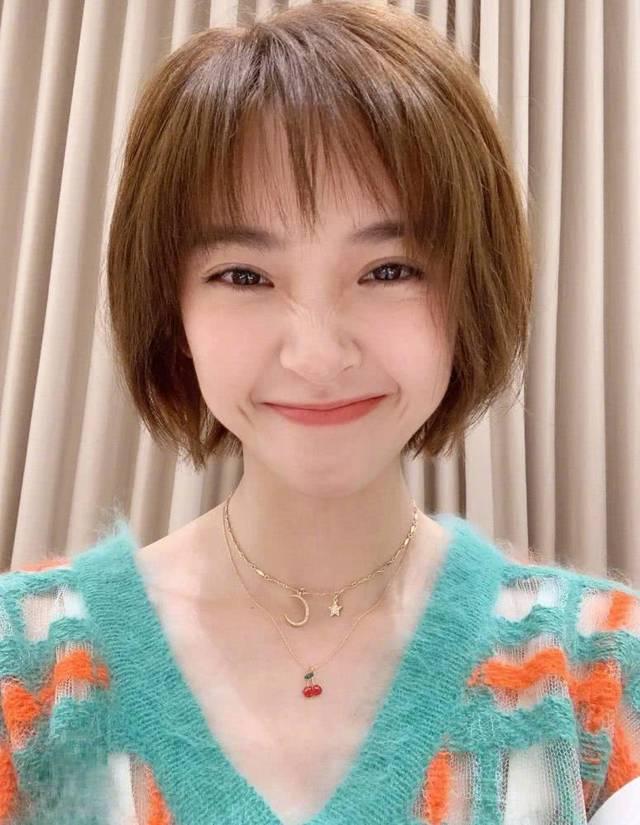 唐艺昕换新发型走机场,甜美小卷搭空气刘海,尽显娇俏少女味!图片