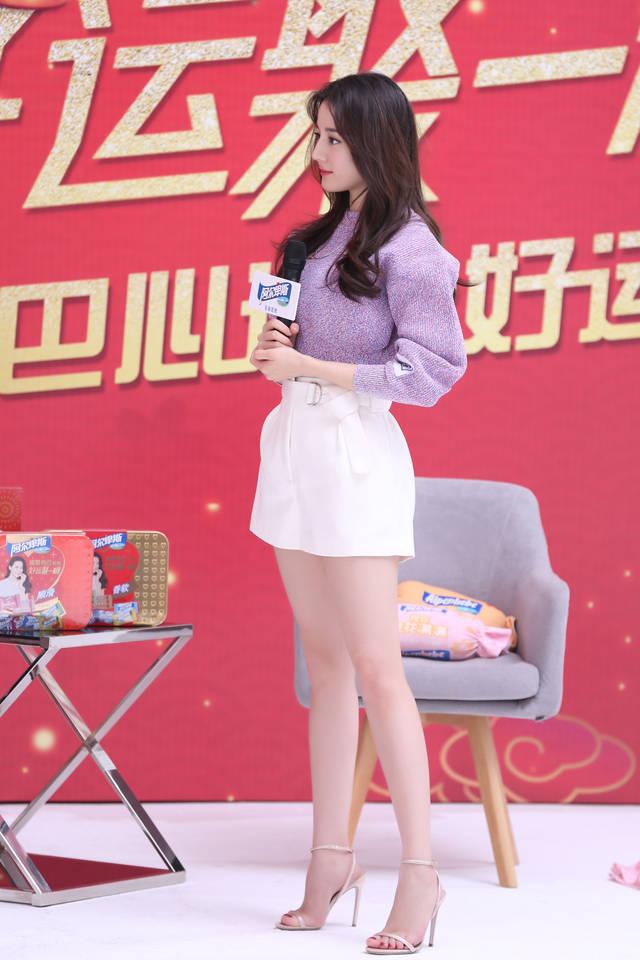 迪丽热巴品牌活动造型高清照 淡紫色毛衣的甜美可人儿
