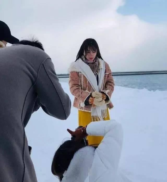 37岁秦岚寒冷雪地拍写真,冻到发抖美成20岁少女,网友