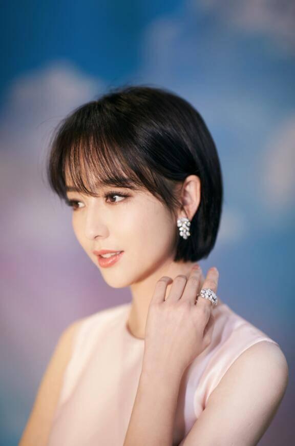 """辛芷蕾已成为""""前辈""""?佟丽娅短发重返20岁,欧阳娜娜气质大增!图片"""