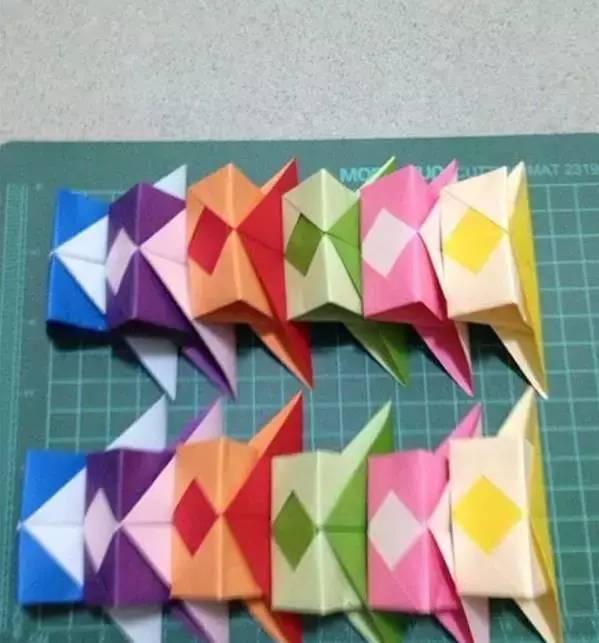 彩绳等,胶水少许 制作步骤:准备正方形彩纸12张,彩绳等 如图共做12片