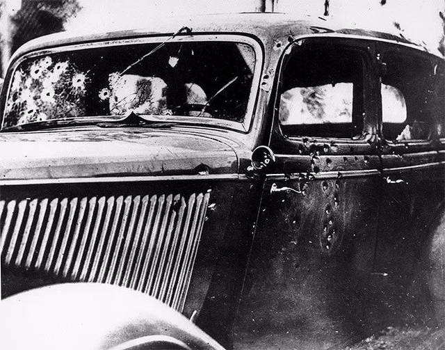 """1934年在美国路易斯安那,""""雌雄大盗""""邦尼和克莱德被击毙,这是他们乘坐图片"""