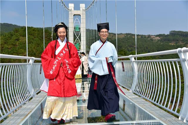 汉服青年到佛山盈香玻璃桥上走秀传播衣冠上国、礼仪之邦文化