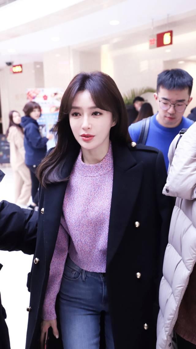 秦岚低调现身春晚彩排,八字刘海新发型搭紫粉色针织衫图片