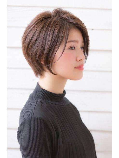 有自然卷的女孩,请使用离子烫或平板夹来维持发丝的直顺 直短发只要