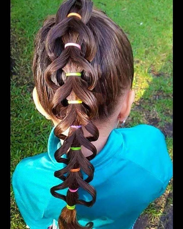 过年了,学学这位妈妈给女儿扎头发,出门让小伙伴们羡慕不已!图片