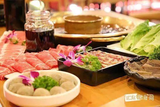 在哥老官,吃完肥美的蛙,还可以涮自己喜欢吃的菜,火锅式吃蛙,也是一种