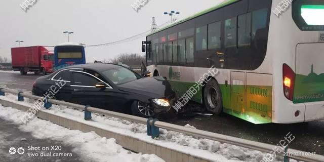 【现场视频】巢湖发生多车相撞,奔驰车撞向公交车!救护车翻车!