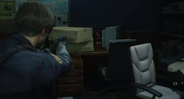 另一位浣熊先生可以在 局长办公室旁边找到,它就坐在桌子上.