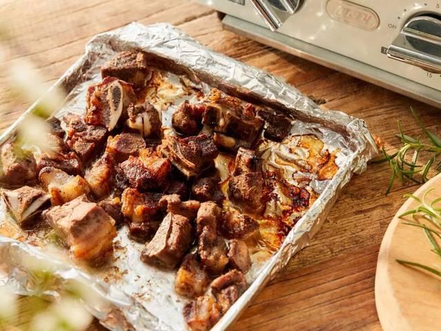 烤箱底部配备一片接渣盘,烘烤面包,吐司时,碎屑都会落在上面,清理起来图片