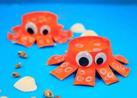 就这样一个卡通的小章鱼做好了。 幼儿园的小朋友不仅很享受DIY的劳作过程,当他们自己动手完成一件玩具时会非常有成就感,对自己的作品尤为珍惜,也会向父母、伙伴展示自己的手工作品,自然不会轻易拆毁劳动成果了。另外,DIY玩具还有个更大的益处,就是能够建立良好的亲子关系,培养家长与小朋友的感情和信任。