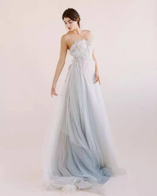 手工染色藏进了裙衬里,外面覆以手工褶皱立体裁剪的欧根纱和薄纱.图片