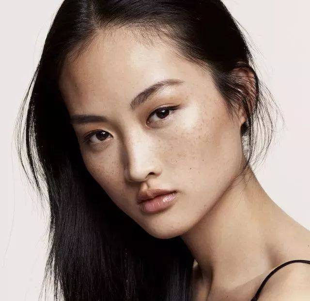 zara丑化中国模特?网友:不就是有小雀斑吗?别太玻璃心!