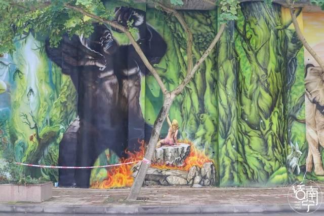 5 3d森林手绘墙 3d手绘墙上 逼真地画着树林,瀑布,大象, 猩猩,梅花鹿