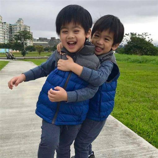 ▼▲林志颖元宵节秀出二儿子与三儿子近照,网友直呼太可爱了.图片