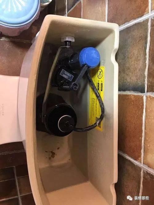 一般在马桶的排水阀上有两个小机关,就是上面的两个刻度,它们就是用来图片