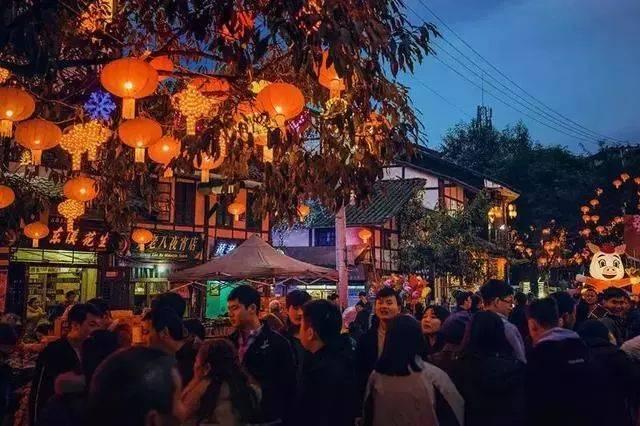 古镇花灯主要设置在啤酒美食街四周,一走进这里,浓郁的食物香气就扑面