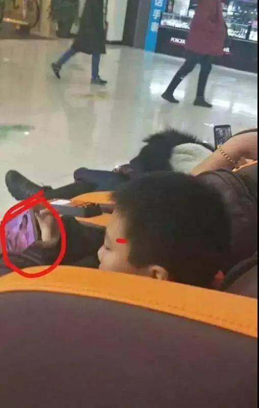 美国黑人成人黄片_小学生竟在商场内用手机看\