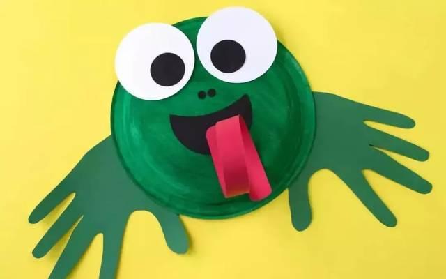 然后和绿色纸盘粘贴起来,这样一只纸盘青蛙就完成啦