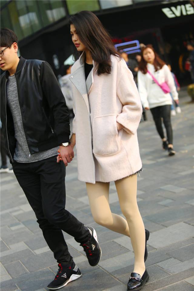 丝袜骚穴小�_街拍联盟:小鸟依人的肉丝袜小皮鞋美女,真的很耐看哦