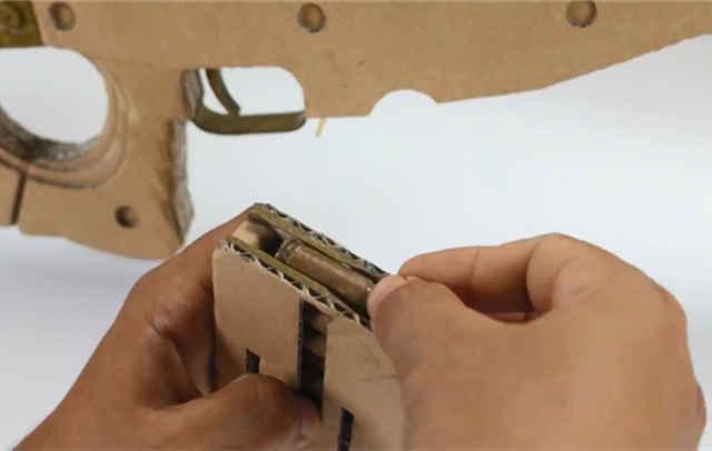 绝地求生:高中生用纸板自制awm,以为是菜鸟,看完后没人敢嘲笑
