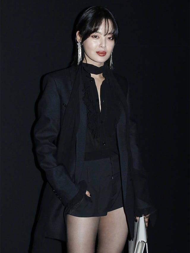 53岁刘嘉玲亮相活动,与辛芷蕾同穿黑丝袜,不同搭配一样迷人!