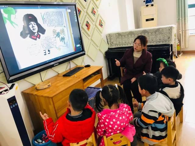 家长们利用休息时间和孩子讲述雷锋的故事图片