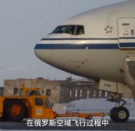 原创国航航班飞行途中突发火警备降俄罗斯,空姐冰天雪地光脚抱团取暖
