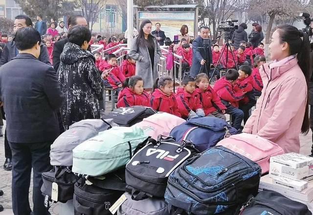 美女一路直播走到长治,竟对长子县17名学生这样做……