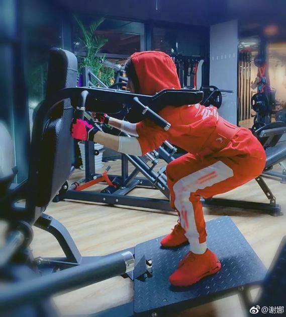 坚持去健身房增肌塑形