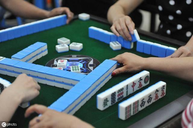 云南回应6名教师寒假打麻将被拘:参赌12人,9人为公职人员,缴获赌资2.
