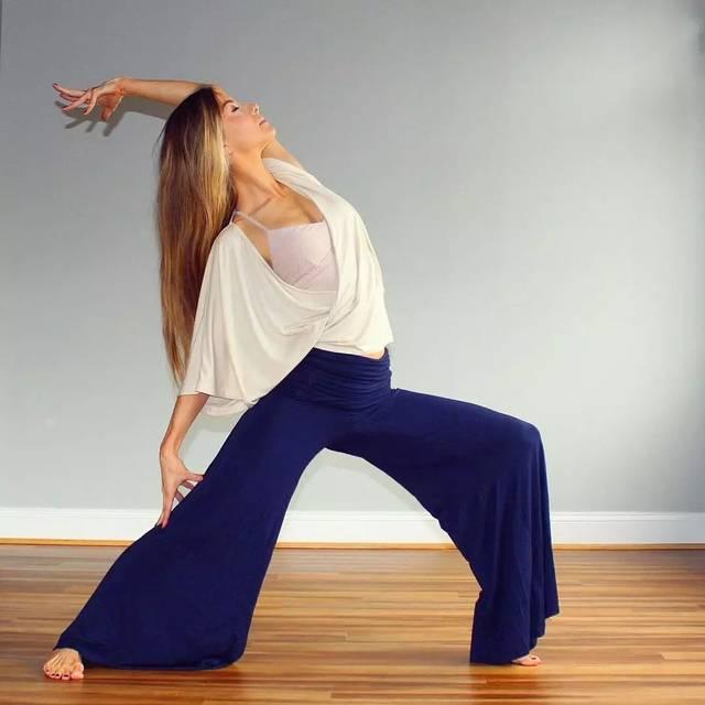 拍照水準高點的瑜伽老師 隨便凹個造型 出門常曬人景合一的體式照圖片
