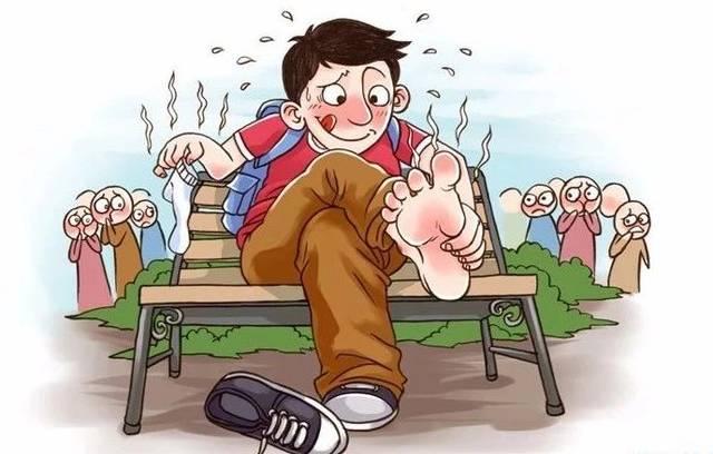 公共场合脱鞋袜,臭气熏天异味大
