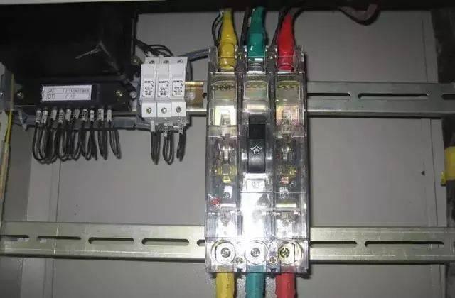 电箱内线路安装  配电箱、开关箱内的电源开关、电器安装应牢固,不得歪斜松动。连接导线采用绝缘导线,排列整齐不得有外露带电部位。安装板上必须分别配置专用保护接零的端子板,每个接线桩2根线。 电箱开关箱内的工作零线应通过接线端子板连接,配电箱、开关箱的金属箱体、金属电器安装板以及箱内电器的不应带电金属底座、外壳等必须保护接零,保护零线通过接线端子板连接。 箱中导线进出线口应在箱体下底面,进出线应加护套,分路成束,并做成防水弯。进入开关箱电源线严禁用插销连接。